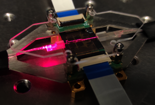 Photonic chip that steers the radiation direction of millimeter-wave radio signals for high-speed wireless communications. Photo | Javier Pérez Santacruz